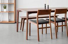 Table à dîner en massif avec pattes à angles et plateau à profil bas Sur mesure disponible