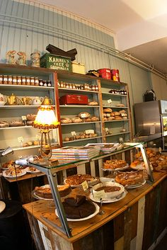 Bakery display ideas small dessert shop design beautiful best bakery display images on of small dessert . Bakery Cafe, Best Bakery, Bakery Shops, Bakery Design, Cafe Design, Restaurant Design, Tante Emma Laden, Boutique Patisserie, Café Vintage