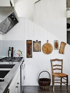 I love LOVE LOVE the organics of decorating a space with gorgeous usable appropriate things for the room. Such as these awesome cutting boards. They are like works of art on the wall instead of lost and unseen in a cabinet. bravo