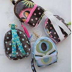 Mini mochila - Make a Mini Back Pack Coin Purse and Key Chain Ag Doll Clothes, Doll Clothes Patterns, Sewing Patterns, Doll Patterns, Mini Mochila, American Girl Accessories, Doll Accessories, Doll Crafts, Diy Doll