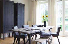 Schrank schwarz Massivholz. Tisch vintage schwarz Naturholz.