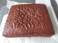 En god, fast chokoladekage som er god at bruge hvis du skal overtrække den med fondant eller stable flere kager ovenpå hinanden.