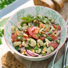 """Dicke-Bohnen-Salat """"italienisch"""". Ungewöhnlich ist die Kombination von dicken Bohnen, Pinienkernen und Tomaten."""