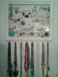 Jewerly Organizer Cabinet Chicken Wire Ideas For 2019 Jewelry Frames, Wire Jewelry, Chicken Wire Frame, Earring Hanger, Necklace Storage, Gold Accessories, Master Closet, Jewelry Organization, Painting Frames