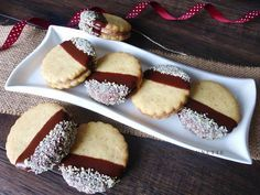 Raspberrybrunette: Linecké orechové kolieska Delicious Desserts, Yummy Food, Cranberry Cookies, Czech Recipes, Christmas Cooking, Cake Pops, Baking Recipes, Sweet Tooth, Cheesecake