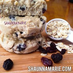 Oatmeal Raisin Protein Cookie Dough: Healthy oatmeal raisin cookies that don't need to be baked! Gluten-free, sugar-free and egg-free! High Protein Low Carb, High Protein Recipes, Protein Foods, Protein Cookie Dough, Protein Cookies, Vegan Sweets, Healthy Desserts, Ripped Recipes, Low Sugar Desserts