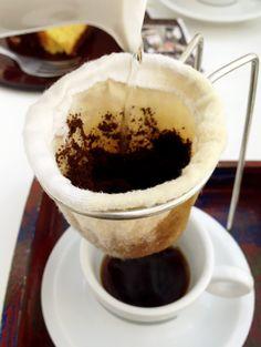Ao colocar a água, já se sente aquele cheirinho de café DELICIOSO, a partir daí, é só aguardar o filtro fazer seu papel e apreciar. #cafe #bolo #coffee #bebocafe