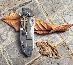Knife and Shield ⚓️ #knifeedc   #hinderer #hindererknives #xm18 #steelflame #crusader #steelflamejewelry #hindererskinner #skinner #crusaderclip  #knives #knifetography #knifeaddict #knifeporn #knifenut #knifecollector #knifephoto #everydaycarry #everydaydump #pocketdump #pocketknife #edcshowcase #edcpocketdump #everyday_carry #edcdaily #edc_tactical #edc #edcpocketdumps