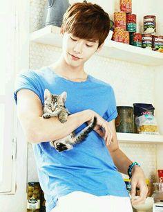 Lee Jong Suk w/ kitten <3