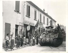 WWII-French-Civilians-Greet-First-U-S-Tanks-Entering-Le-Lavandou-Press-Photo