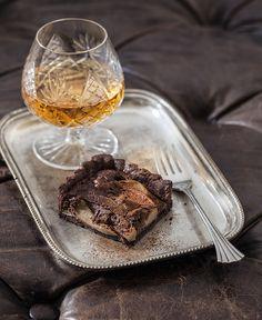 Questa è una torta maschile, adulta e sincera - tutte caratteristiche che la rendono amabile anche alle signore... E' perfetta dopo cena, con un bicchiere di liquore, a piccole dosi.
