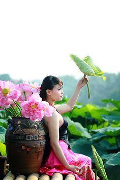 Ao Dai, Beautiful Girl Photo, Gorgeous Women, Beautiful Vietnam, Good Morning Beautiful Quotes, Vietnamese Traditional Dress, Vietnam Girl, Beautiful Nature Wallpaper, Oriental Fashion