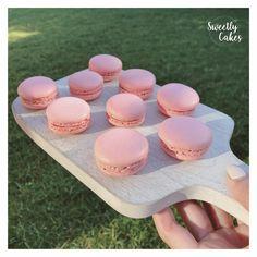 Grande fan des macarons, Sweetly Cakes ne s'arrêtepas de chercher des nouveaux goûts ! Comme par exemple pour ici avec des macarons à la framboise qui cache une ganache et un insert à la framboise !