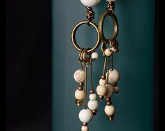 Boucles d'oreilles en turquoises blanches. Accessoires en laiton.
