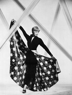 Share, rate and discuss pictures of Shirley MacLaine's feet on wikiFeet - the most comprehensive celebrity feet database to ever have existed. Hollywood Fashion, Vintage Hollywood, Classic Hollywood, Curvy Fashion, Retro Fashion, Vintage Fashion, Classic Fashion, Shirley Maclaine, Iconic Photos