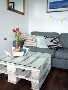 Loving this DIY pallet table in the living room
