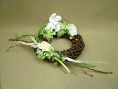ANIOŁEK KALIA biała RÓŻA wianek wiklinowy (900.3) sztuczne kwiaty stroiki na groby Kompozycje kwiatowe Marko604