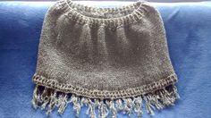 Pelerine em tricô, com fio Fortuna, da Cisne e acabamentos em crochê e franjas.