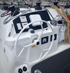 Le Lagoon 400 Cavok prépare un tour du monde en 140 jours sans escale, une première pour un catamaran de croisière, dont le départ est prévu cet automne après le Grand Pavois de La Rochelle où il sera exposé.   Une magnifique barre en fibre de verre livrée par Nautex permettra d'économiser le pilote automatique du fait de son poids proche de la version carbone, mais 3 fois moins chère !