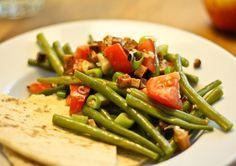 """Heute wird's richtig deftig! Dieser knackige Salat ist perfekt für ein leichtes Abendessen oder als Beilage zum nächsten Grillfest-Gelage. Zutaten für 4 Portionen Bohnensalat mit """"Räucherspeck-Tofu"""" • 750 g grüne Buschbohnen • 400 g Räuchertofu • 2-3 Frühlingszwiebeln • 2 Tomaten • 1 EL Öl zum anbraten • 4 EL Sonnenblumenöl • 4 EL würziger...  Zum Artikel  →"""