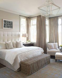 Muhkea sängynpääty ja iso matto tekee tästä makuuhuoneesta ihanan kutsuvan.