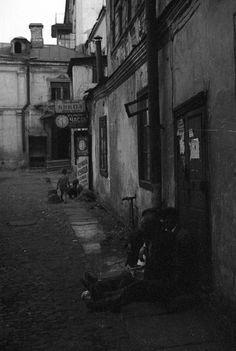 Починка кукол в Московском дворе, 1939 год. Фото Харрисон Форман.