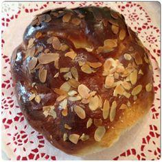 Έχω φτιάξει πολλά τσουρέκια στην ζωή μου... Σχεδόν όλα νόστιμα και πετυχημένα. Πως να μην βγει νόστιμο κάτι που περιέχει βούτυρο, γάλα κ... Greek Desserts, Greek Recipes, Low Calorie Cake, Armenian Recipes, Greek Cooking, Breakfast Time, Sweet Bread, Christmas Baking, Bakery