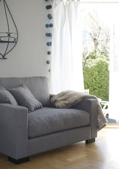 Grå Valen fåtölj. Loveseat, djup fåtölj, låg fåtölj, vardagsrum, stor, bred, sovrum, inredning, möbler, linne. http://sweef.se/fatoljer-puffar/164-valen-fatolj-i-linne.html