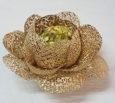 Celebrity Fabric Flower Wrappers for Wedding sweets Jute Flowers, Diy Flowers, Fabric Flowers, Paper Flowers, Centerpiece Decorations, Wedding Table Decorations, Burlap Crafts, Diy And Crafts, Fondant Cupcake Toppers