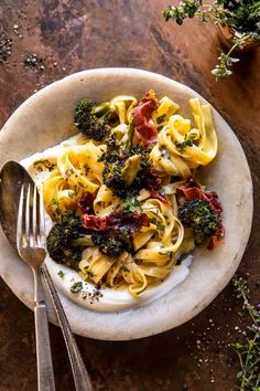 Roasted Broccoli Pasta Carbonara with Crispy Prosciutto and Whipped Ricotta...made in under an hour. A vibrant, but still cozy, creamy pasta! Pasta Con Broccoli, Creamy Pesto Pasta, Cauliflower Pasta, Parmesan Pasta, Roasted Cauliflower, Pasta Alla Carbonara, Carbonara Sauce, Food Blogs, Gnocchi