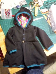uschis blog: Zwergenmantel mit Puffärmeln und Knöpfen aus Schnabelinas Kapuzenkleid Schnittmuster - Tutorial Sewing Projects For Kids, Sewing For Kids, Baby Sewing, Baby Patterns, Knitting Patterns, Toddler Fashion, Kids Fashion, Hooded Dress, Sewing