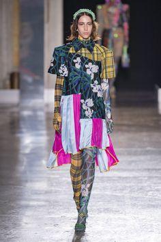 Shuting Qiu Full Lenght at Milan Fashion Week Spring 2020 - Livingly Runway Fashion, Fashion Show, Fashion Outfits, Milan Fashion, Fashion Trends, Basic Style, Style Me, Street Style Shoes, Cool Street Fashion