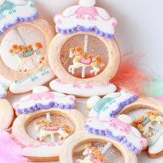 """いいね!1,609件、コメント44件 ― Y&Csweets Yohkoさん(@yohko_ycsweets)のInstagramアカウント: 「"""" Carousel Snow Globe """"🎠 My favorite decorated cookie recipe in the new book📕 💕 You can place your…」"""