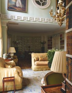 Drue Heinz's drawing room, beyond John Fowler's silk sofas is where Mrs Heinz displayed her collection of English botanical creamware. For the full story pick up a June 2019 issue, photography by Simon Upton, feature by Andrew Barrow. Hallway Decorating, Interior Decorating, Interior Design, Decorating Ideas, Quirky Home Decor, Cheap Home Decor, French Apartment, Mews House, English Decor
