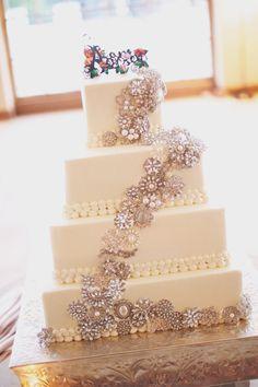 Modelo de bolo para casamento: Para as noivas que preferem algo mais sofisticado e elegante, esse bolo decorado com apliques estilo broches vai ficar lindo com um bouquet de broches!