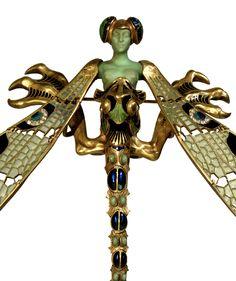 França, c. 1897-1898, Ouro, esmalte, crisoprásio, calcedónia, pedras de lua e diamantes A. 23 cm; L. 26,5 cm Inv.° 1197 René Lalique (1860-1945)