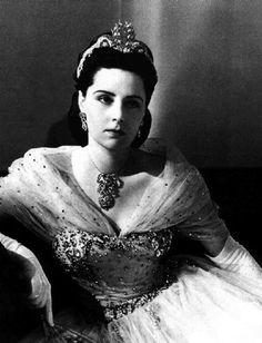 la princesa Fawzia de Egipto, hija del rey Fuad I y primera mujer del Shah Reza Pahlavi de 1938-1948. Conocida como una de las mujeres más hermosas del mundo, el 21 de septiembre de 1942 apareció en la portada de la Revista Life fotografiada por Cecil Beaton y fue nombrada la Venus de Asia.