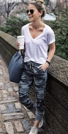 Take a look at the best winter jogging pants outfit in the photos below and get ideas for your outfits! Camo Pants Outfit, Jogger Pants Outfit, Camo Joggers, Jogger Pants Style, Women Joggers Outfit, Cool Summer Outfits, Winter Outfits, Cool Outfits, Sweatpants