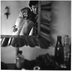 Denis Roche es un escritor, poeta y fotógrafo frances (nacido el 21 de noviembre de 1937 en París donde vive y trabaja) que compaginó como actividades creativas la literatura y la fotografía, haciendolas coexistir, combinandolas o fusionandolas. Su trabajo es en este ámbito lírico doble, cultivando ambos aspectos, cuando no se va al extremo de uno u otro, como son libros y exposiciónes. © Denis Roche