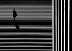 Fotógrafo Kai Ziehl retrata a solidão em meio a formas geométricas da cidade
