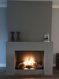 Good Pics Fireplace Remodel blue Strategies The perfect balance between fireplace and living room. Be inspired by this amazing living rooms wit Stucco Fireplace, Fireplace Shelves, Concrete Fireplace, Open Fireplace, Fireplace Remodel, Living Room With Fireplace, Fireplace Surrounds, Fireplace Mantels, Home Living Room
