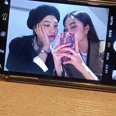 Obraz może zawierać: 1 osoba, telefon on We Heart It Japanese Aesthetic, Korean Aesthetic, Couple Aesthetic, Aesthetic Girl, Best Friend Pictures, Friend Photos, Ulzzang Couple, Ulzzang Girl, Chicas Punk Rock