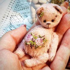 Купить Миа - тедди, миниатюра, мишка, шебби, вышитый мишка, вискоза, опилки, гранулят, шелковыеленты Teddy Bear Cartoon, Bear Patterns, Collectible Toys, Teddy Toys, Paddington Bear, Teddybear, Bear Art, Pooh Bear, Cute Bears