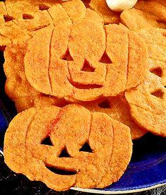 Glatt orangefärgade kakor med pumpaform är lätt att göra till båda stora och små monster. Rita mallar till kakorna på papper. Låt barnen rita egna pumpor! Degen ska vila kallt i 2 timmar. Servera kakorna till Halloween.