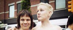 """Cronache terrestri: Emily Jenson e Melanie Testa in marcia al Gay Pride di New York censurate da Facebook e Instagram. La fotografa: """"Immagine vincente"""""""