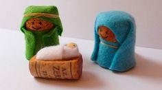 Veja como usar rolhas para criar uma decoração natalina bem interessante. As rolhas podem ser usadas para fazer um mini presépio...