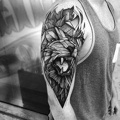 Tattoos für Männer Motiv oberarm löwe geometrisch