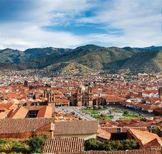 Cusco  La actual plaza de Armas era el centro político del imperio. El palacio del Inca Viracocha se erigía donde hoy está la Catedral (a la izquierda de la fotografía se distingue el campanario).