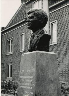 Borstbeeld Kennedy plaats: Wilhelminaplein, voor het gemeentehuis, geschonken door: J.O.E.K. (jongeren onder elkaar), een vereniging, die sinds 1963 tijdens het eerste weekend van juli de Kennedymars organiseert in Someren. De buste werd geschonken op 3 juli 1982 ter gelegenheid van het 20-jarig bestaan van de Kennedymars, als blijvende herinnering aan de medewerking van de Somerense gemeenschap aan de Kennedymarsen in de afgelopen 20 jaren kunstenares: Truus Coumans uit Haelen symboliek…