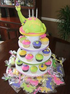 Girly Dinosaur Cake! I'd love to have someone do this for Aenish's birthday! :-D